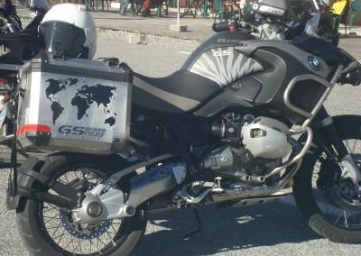 """Kit rivestimento zebratura su fianchetto alluminio, """"planisfero"""" su borse laterali, logo """"R1200"""" su serbatoio, logo """"GSadv"""" su borse"""