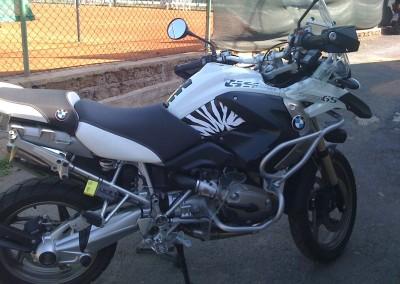 """Kit rivestimento zebratura su fianchetto laterale,  logo """"R1200"""" su serbatoio"""